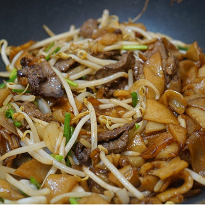Stir fried rice noodle w/ beef